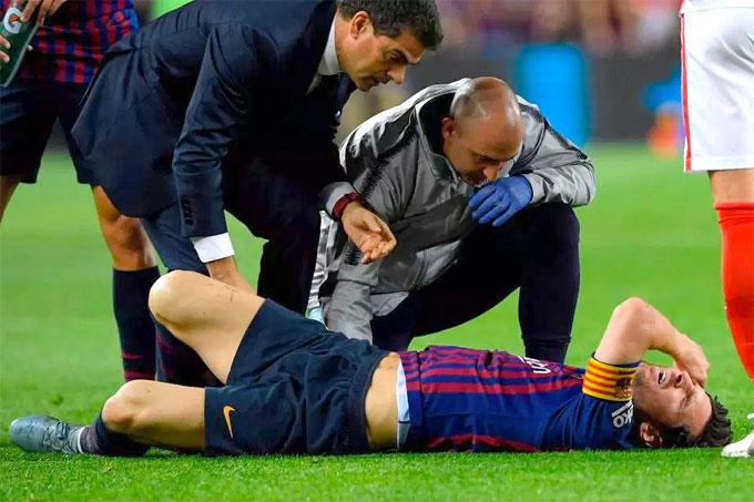 Nhân viên y tế buộc phải sơ cứu cho Messi ngay trên sân. Anh được băng bó để cố định vết đau.