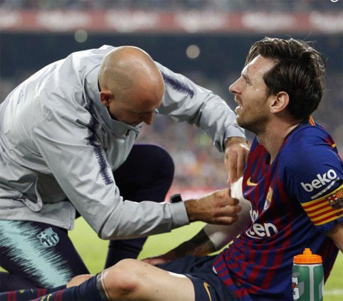 Sau trận thắng Sevilla 4-2, Barca nhanh chóng có thông báo đầu tiên về chấn thương của Lionel Messi: Messi bị gãy xương xuyên tâm ở tay phải và phải nghỉ khoảng ba tuần.