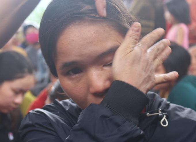 Chị Liễu khóc khi kể về cuộc sống của gia đình em trai. Ảnh: Hùng Lê