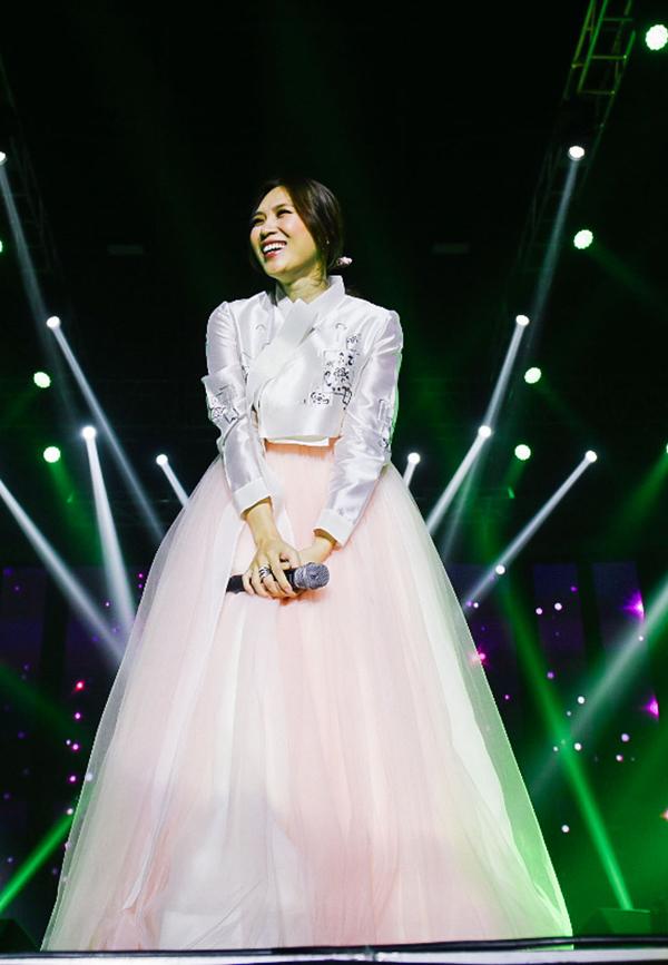aVào lúc 19h ngày 20/10/2018, liveshow First Love của Mỹ Tâm đã chính thức diễn ra tại sân vận động Jangchung (Hàn Quốc). Đêm nhạc đánh dấu cột mốc quan trọng trong sự nghiệp âm nhạc của nữ ca sĩ khi cô quyết định tổ chức chương trình cá nhân tại quốc gia có nền giải trí phát triển hàng đầu châu Á. Đây được xem là một trong những quyết định táo bạo của giọng ca Đừng hỏi em với mong muốn góp phần mang âm nhạc Việt Nam vượt ra biển lớn. Dù là lần đầu tiên thực hiện concert tại Hàn Quốc, nhưng địa điểm diễn ra chương trình đã được lấp kín bởi 4,000 khán giả, trong đó bao gồm người hâm mộ Việt Nam, cộng đồng người Việt sinh sống tại Hàn và người yêu nhạc Hàn Quốc. Đặc biệt hơn, First Love cũng là nơi tập hợp nhiều điều đầu tiên của nữ ca sĩ trong sự nghiệp âm nhạc về quy mô, địa điểm tổ chức, ekip, khán giả.