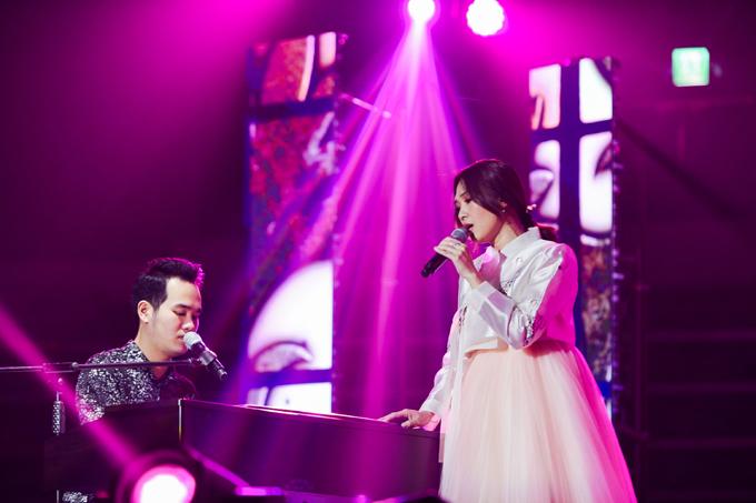Trên sân khấu tối qua, Mỹ Tâm khiến fans thích thú khi lần đầu mặc Hanbok, trang phục truyền thống của phụ nữ Hàn. Rất nhiều lời bình luận khen ngợi vẻ trẻ trung, dịu dàng của nữ ca sĩ trong bộ cánh này. Cô còn khiến mọi người bất ngờ với màn giao lưu bằng tiếng Hàn khá trôi chảy.