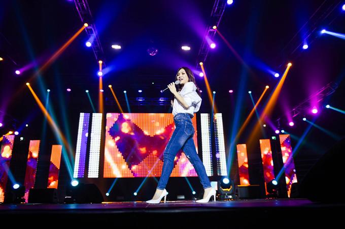 Người hâm mộ còn thấy khoảnh khắc giản dị như sinh viên của cô với sơ mi mix quần jeans.