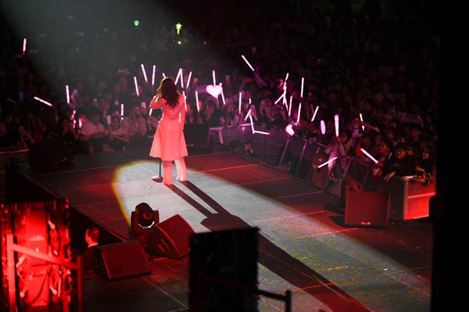 Khán giả liên tục hò hét trong suốt 2 tiếng diễn ra đêm nhạc của thần tượng.