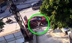 Đang quét rác trên vỉa hè, người phụ nữ bị ôtô tông