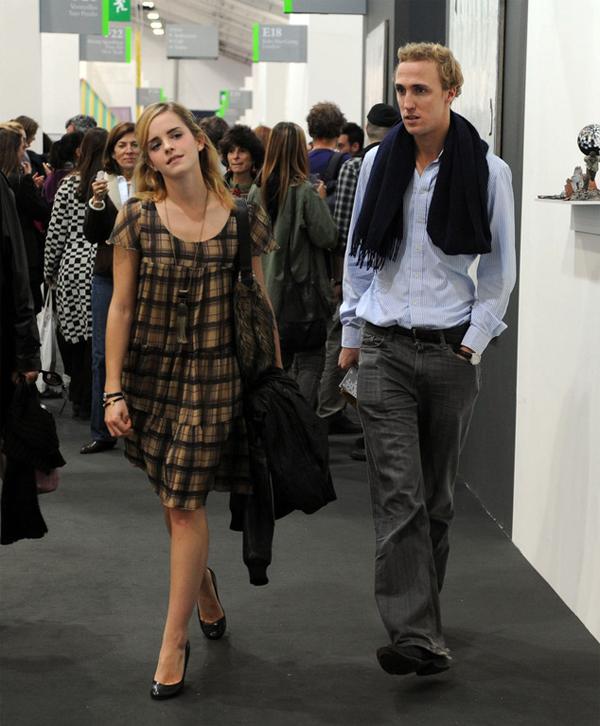 Nhà tài chính Jay Barrymore (năm 2008 - 2009): Emma Watson luôn phải lòng những anh chàng thông minh, điển trai và Jay Barrymore là mẫu người như thế. Jay hơn Emma 7 tuổi, là một chuyên gia tài chính ở London, Anh. Trong một năm rưỡi yêu nhau, Jay thậm chí đã chuyển đến nhà Emma ở cùng dù lúc đó nữ diễn viên mới 19 tuổi. Tuy nhiên mối tình kết thúc khi Emma bắt đầu tới Rhode Island (Mỹ) để theo học tại Đại học Brown.
