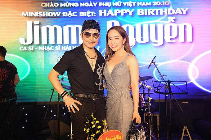 Cá sấu chúa Quỳnh Nga cũng mang hoa đến chúc mừng sinh nhật Jimmii Nguyễn. Cô kết hợp váy trễ cổ với túi xách hàng hiệu màu đồng điệu khi hội ngộ đàn anh.