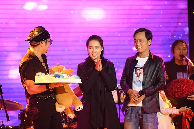 Nhân dịp Jimmii Nguyễn ra Hà Nội tổ chức minishow, các fan tại thủ đô đã tổ chức sinh nhật sớm cho anh. Bánh kem, thú bông và hoa được đưa lên sân khấu để chúc mừng nam ca sĩ Nhớ về em chuẩn bị bước sang tuổi mới.