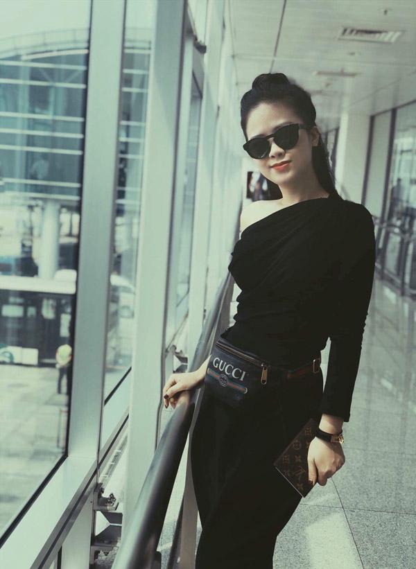 Từ khi nổi tiếng nhờ cuộc thi The Voice 2015, Dương Hoàng Yến theo đuổi hình ảnh nữ tính nên thường chọn những bộ váy nhẹ nhàng, thậm chí có phần sến sẩm khiến cô già dặn hơn tuổi. Khoảng một năm trở lại đây, cô tích cực tập gym để có thân hình gợi cảm, đồng thời đầu tư về style ăn mặc. Với set đồ đen, cô đeo kínhGivenchy400 USD, túi đeo hôngGucci 800 USD, Passport cover LV 300 USD và vòng tay của Hermesgiá 600 USD.