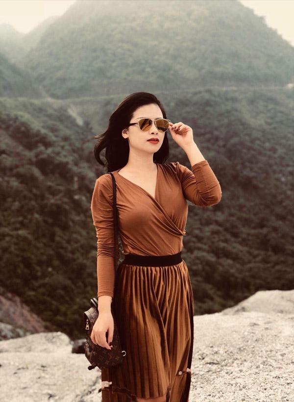 Dương Hoàng Yến điểm tô cho bộ trang phục vừa gợi cảm vừa nữ tính này với balo LV luôn cháy hàng có giá tới 2500 USD và kính Dior giá 700 USD.