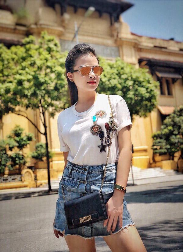 Chỉ dạo phốnhưng Dương Hoàng Yến phối chiếc kính Dior trên với áo phông Dolce 300 USD, vòng Hermes 1000 USD và túi Dior có giá 1600 USD.