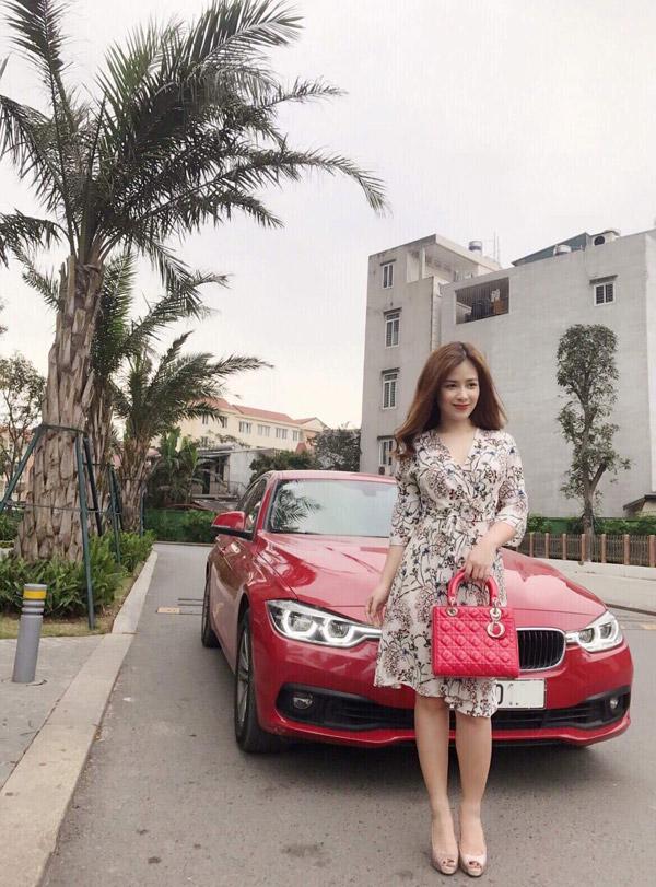 Nữ ca sĩ còn sở hữu túi Dior Lady màu đỏ có giá khoảng5.500 USD. Đây là món phụ kiệnđắt nhất trong tủ đồ hiệu của Dương Hoàng Yến.