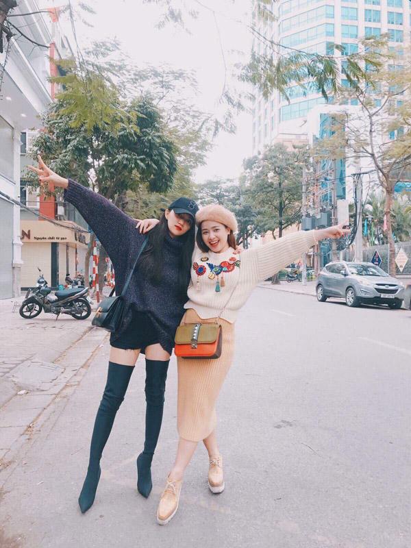 Đọ dáng cùng cô bạn thân Hoa hậu Hương Giang, cô không hề lép vế đề độ chịu chơi với túi Valentino 2.500 USD, giày Stella McCartney 700 USD.