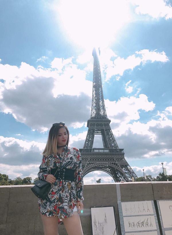 Trong chuyến lưu diễn tại Paris, nữ ca sĩ diện váy Moschino 500 USD, kết hợp cùng túi Chanel Coco 3.500 USD.