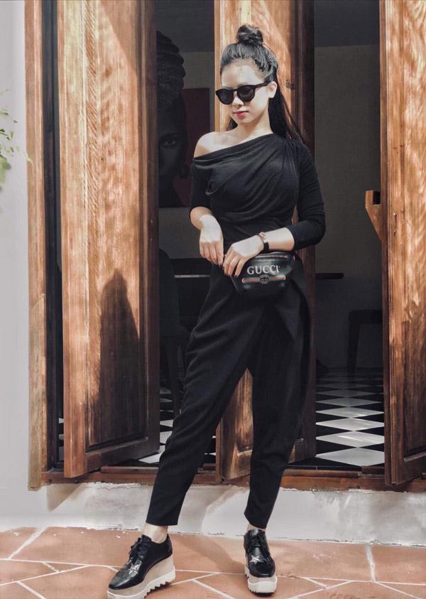 Mẫu giày bánh mì màu đen của Stella McCartney 1.000 USD giúp nữ ca sĩ tăng chiều cao đáng kể.