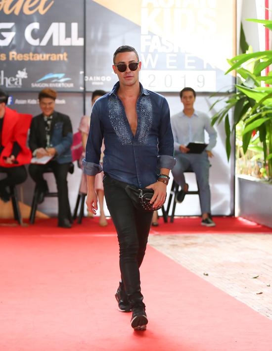 Ngoài dàn sao Việt, ban tổ chứccòn mời thêm chuyên gia đào tạo catwalk Adam Williams và chuyên gia Guang Kosakul tham dự buổi tuyển chọn người mẫu.