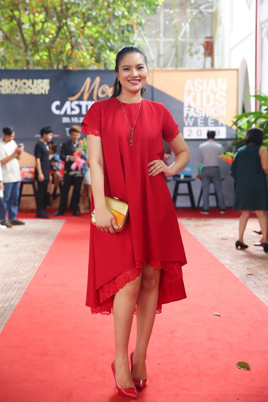 Người mẫu Lê Thị Phương diện đầm đỏ nổi bật khi đến cổ vũ dàn mẫu nhí tham gia buổi casting.
