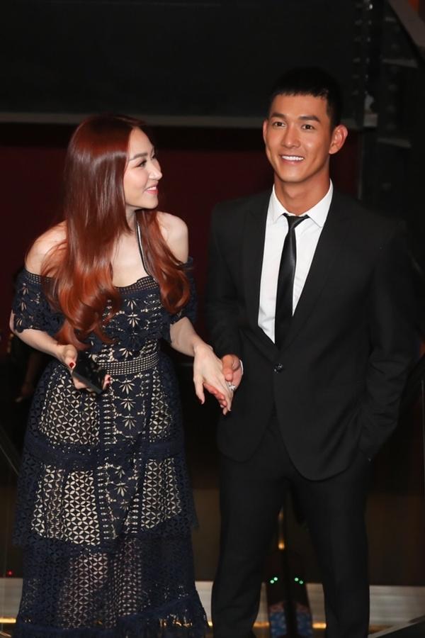 Song Luân ân cần nắm tay dẫn đàn chị Ngân Khánh vào sự kiện. Quý cô thừa kế cũnglà dự án điện ảnhđầu tiên cả haihợp tác.