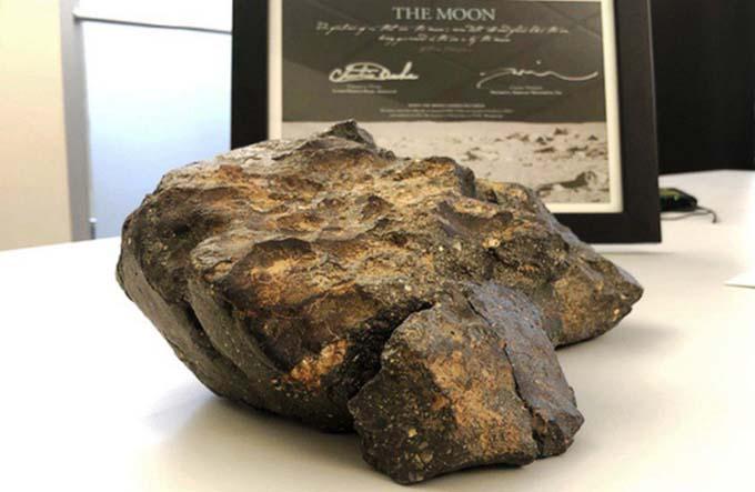 Khối thiên thạch Câu đố Mặt trăng tại phiên đấu giá ở Boston (Mỹ) hôm 19/10.