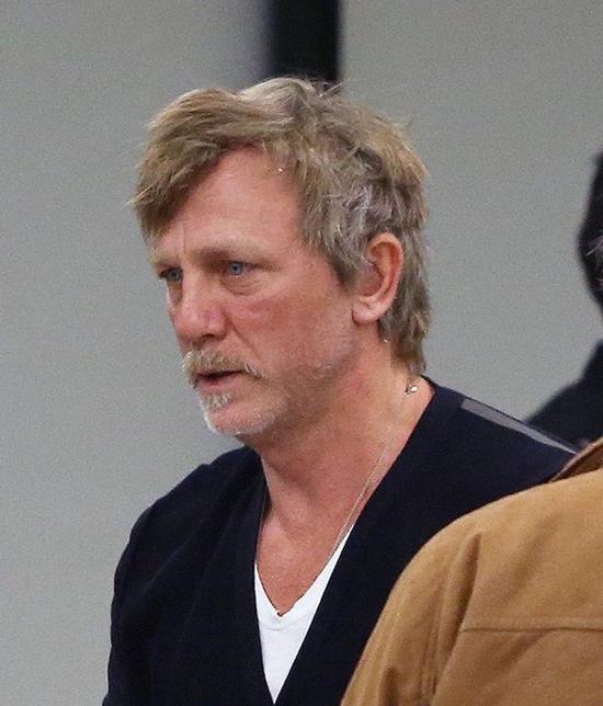 Tài tử Anh trông già đi đến chục tuổi khi để râu và nét mặt mệt mỏi.