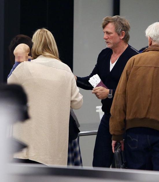 Daniel Craig cùng vợ và con gái xuất hiện tại sân bay JFK ở New York hôm 20/10.