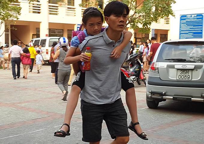 Học sinh bị ngộ độc tai trường Tiểu học Đinh Tiên Hoàng hôm 5/10 được chuyển đến bệnh viện.