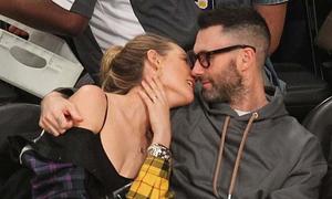 Adam Levine ôm vợ tình tứ khi đi xem bóng rổ