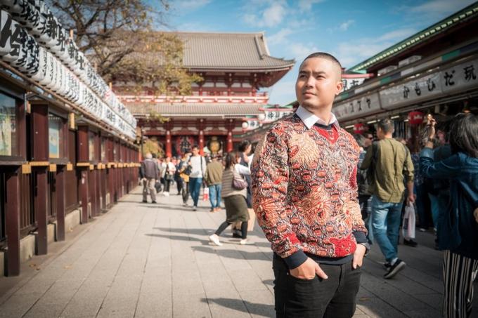 Tại Nhật Bản, anh đến nhiều địa danh nổi tiếng khác nhau. Song ngôi đền cổ Asakusa Kannon để lại nhiều ấn tượng đặc biệt nhất. Ngôi đền này còn gọi là đền Sensoji  ngôi đền cổ nhất ở Tokyo từ thời Edo và là trung tâm của lễ hội Sanja Matsuri hằng năm.