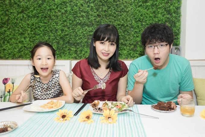 Trang Nhung và hai conthích thú thưởng thức các món ăn chay được chế biến kỹ lưỡng, đa dạng tại nhà hàng.