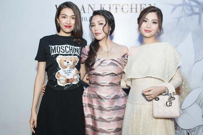 Á hậu Lệ Hằng (trái) và Á hậu Diễm Trang (phải) chúc mừng đàn chị tiếp tục kinh doanh phát đạt.