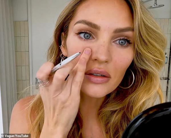 Để tạo tàn nhang giả trên khuôn mặt, Candice dùng bút kẻ lông mày chấm lên gò má và sống mũi.