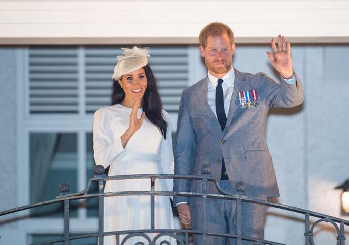 Cặp vợ chồng hoàng gia vẫy tay chào người hâm mộ từ ban công khi vừa đến Grand Pacific Hotel. Ảnh: Mirror.