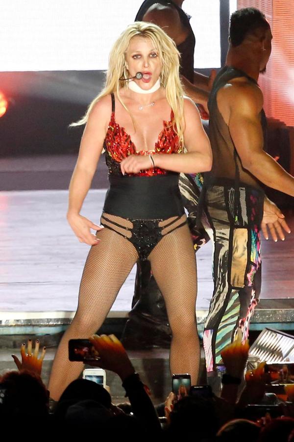 Britney Spears đã có đêm trình diễn bùng nổ ở Austin, Texas khép lại chuyến lưu diễn Piece of Me kéo dài 5 năm.