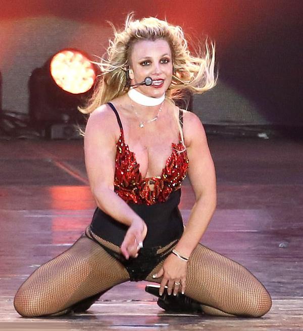 Nữ ca sĩ khiến các fan không ngừng hò hét phấn khích khi thể hiện những vũ đạo gợi cảm.