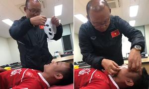 HLV Park Hang-seo đắp mặt nạ cho Trọng Hoàng