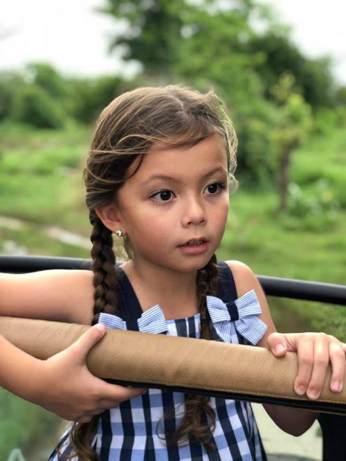 Con gái Hồng Nhung cười tít mắt trong chuyến thăm vườn thú Sri Lanka. Nữ ca sĩ cho biết: Chị ba yêu các em thú nhất trên đời! Chị đã đếm được 15 loại chị may mắn được gặp trong chuyến vào rừng hoang dã đầu tiên trong đời.