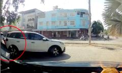 Người phụ nữ lùi ôtô làm móp xe BMW đỗ trên vỉa hè