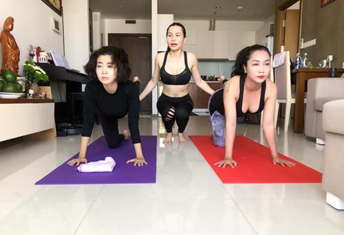 Mai Phương và Ốc Thanh Vân tập yoga với sự hướng dẫn của cô giáo.