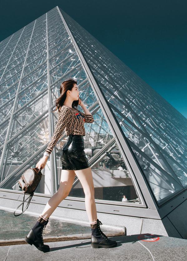 Cô khoe chân dài và đường cong khi diện váy da ngắn chụp ảnh tại Bảo tàng Louvre của Pháp.