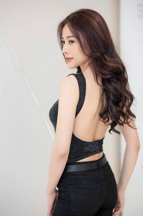Phương Oanh - nữ chính Quỳnh búp bê - khoe lưng trần gợi cảm khi tham dự một sự kiện.