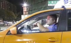 Tài xế taxi bị đình chỉ vì đắp mặt nạ trong ca làm việc