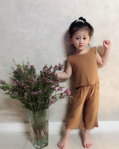 Trang Trần đăng ảnh con gái và ngợi khen: thần thái của em khó ai sánh kịp về độ lầy