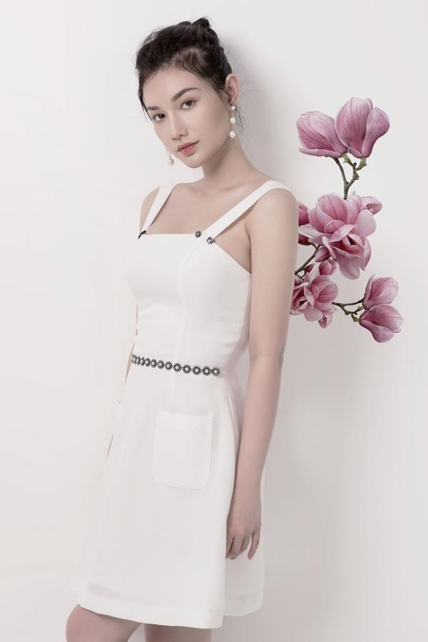 MC Quỳnh Chi chọn trang phục điệu đà, nữ tính đúng với tính cách của mình. Nhận xét về bộ sưu tập của đàn chị, Quỳnh Chi không giấu vẻ thích thú và tiết lộ rằng cô sẽ chọn hết các mẫu thiết kế về để trong tủ đồ của mình.