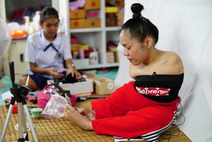 Phòng thu của Fai được đặt ngay trong căn hộ chỉ có 1 phòng ngủ của gia đình cô ở Bangkok. Ảnh: ABC.