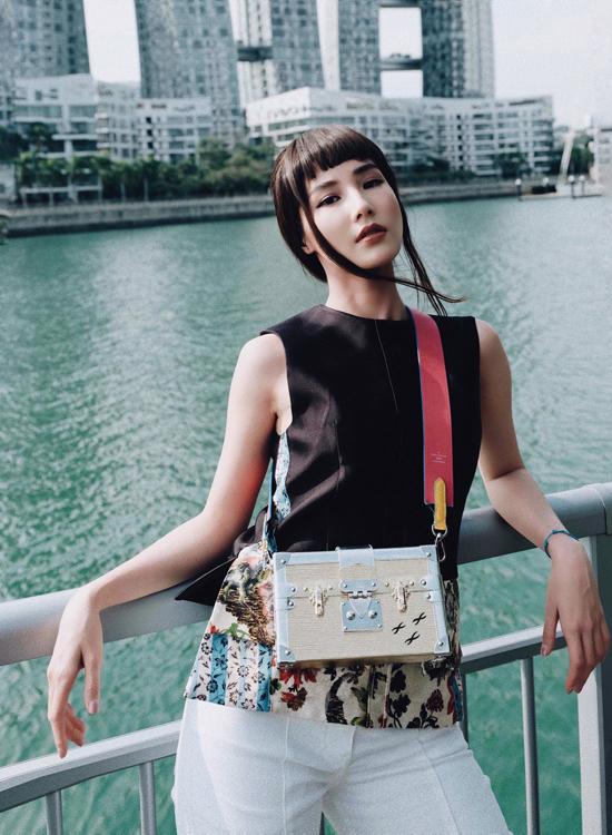 Mẫu túi đeo chéo kiểu dáng chiếc rương của thương hiệu nổi tiếng được nữ diễn viên mix với nhiều kiểu trang phục khác nhau.