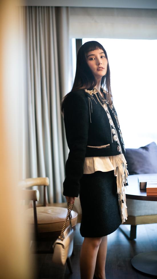 Việc kết hợp các kiểuváy, túi xách, giầygây sốt trên thế giới cũng giúp Diễm My 9xsở hữu thần thái sang chảnh không kém sao quốc tế.