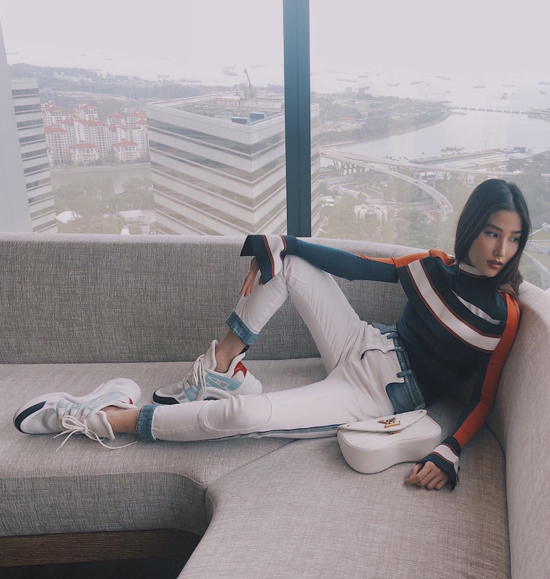 Mới đây, Diễm My đã có chuyên công tác kết hợp nghỉ dưỡng tại Singapore. Tranh thủ thời tiết đẹp và quang cảnh hiện đại tại thành phố này, nữ diễn viên đã thực hiện bộ ảnh thời trang trong loạt trang phục hàng hiệu.