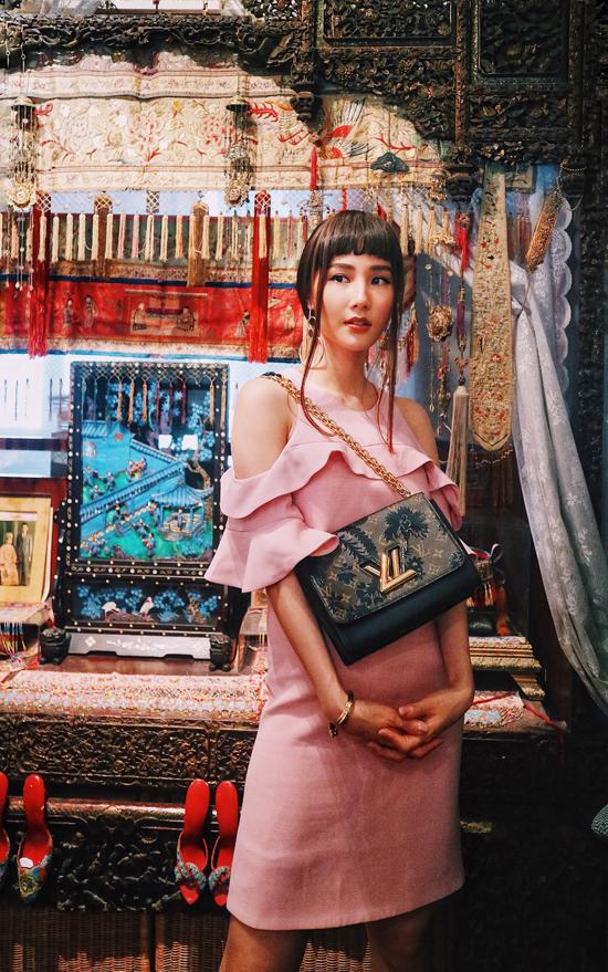 Trong loạt ảnh mới này, Diễm My xuất hiện như một quý cô ở thập niên 80 với trang phục sở hữu những đường cắt bất đối xứng, phá cách và màu sắc tươi vui không theo quy chuẩn.