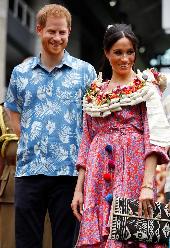 Vợ chồng Harry - Meghan tới thăm trường Đại họcSouth Pacific vào đầu giờ sáng 24/10, trước khi Meghan một mình tới chợ Suva. Ảnh: Reuters.