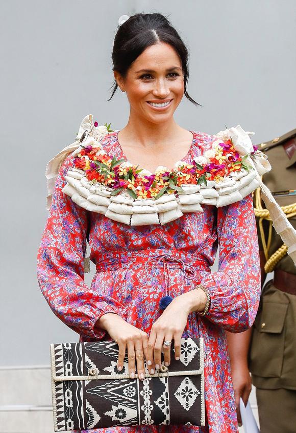 Meghan diện váy hoa có giá hơn 1.600 USD trong sự kiện sáng 23/10 ở Fiji. Ảnh: PA.