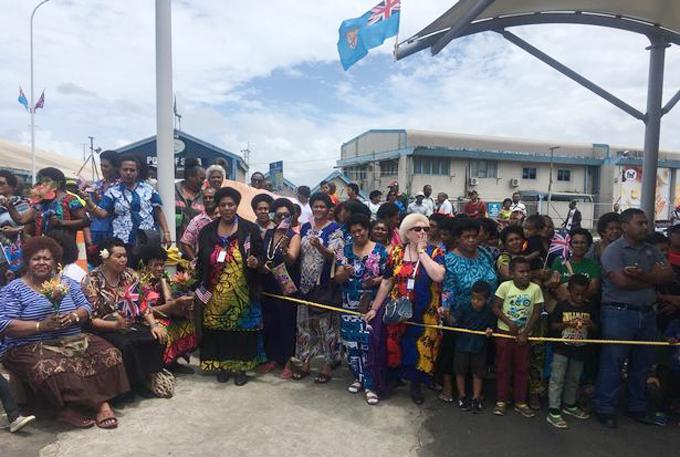 Đám đông người hâm mộ tập trung trong khu chợ Suva, Fiji để chờ gặp Nữ công tước xứ Sussex sáng 24/10. Ảnh: Daily Mirror.